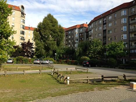 Tämän nurmikon ja parkkipaikan alla useiden metrien syvyydessä makaavat Hitlerin bunkkerin betonirakenteiden jäänteet.