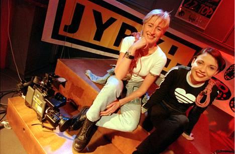 Juontajat Katja Ståhl ja Minna Ottavainen vuonna 1995.