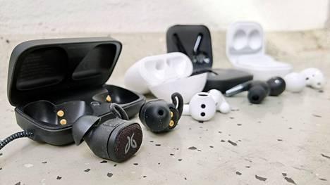Kuulokkeissa on omat pienet akut ja kotelo varaa lisää sähköä. Mitä pienempi kuuloke on, sitä kevyempi akku ja lyhyempi kuunteluaika.