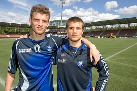 Perparim Hetemaj (oik.) veljensä Mehmet Hetemaj'n (vas.) kanssa HJK:n paidassa vuonna 2006.