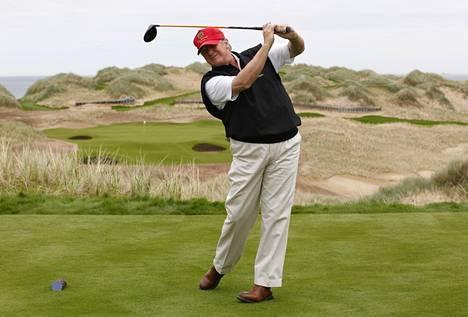 Donald Trump esitteli Trump International Golf Links -kenttäänsä Aberdeenin lähellä 2011.