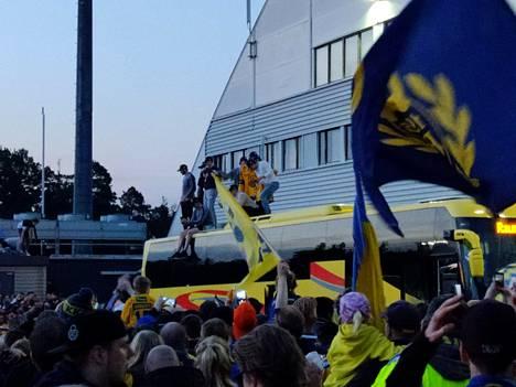 Lukon pelaajat nousivat bussin katolle tervehtimään jäähallilla heitä vastassa olleita faneja.