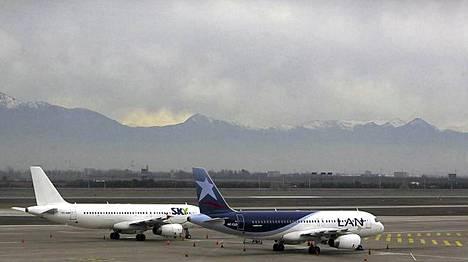 Chilen Santiagossa koneet lepäsivät kentällä tuhkapilven alla.