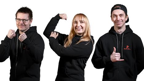 """Twitch-striimaajat Miika """"MonniRS"""" Sihvonen (vasemmalla), Emmi """"emmi_hakkaa_pleikkaa"""" Tuimala ja Tero """"teroxz"""" Tormonen edustavat jatkossa Pelaajatcomia."""