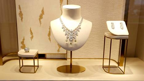 Varkaudesta syytetyn naisen epäillään vaihtaneen arvokkaat timantit pieniin kiviin. Kuvituskuva.