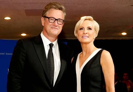 MSNBC-kanavan aamuohjelman juontaja Joe Scarborough ja hänen nykyinen vaimonsa ja pitkäaikainen juontajaparinsa Mika Brzezinski saapuivat Valkoisen talon kirjeenvaihtajaillallisille huhtikuussa 2015.