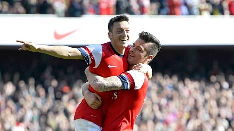 Mesut Özil (vas.) ja Olivier Giroud kunnostautuivat Evertonia vastaan.