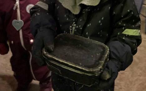 Tämän laatikon pojat löysivät metsästä.