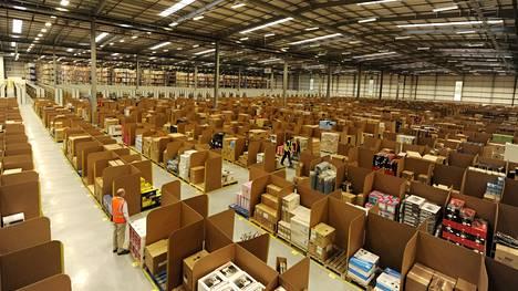 Dunfermlinen jakelukeskus avattiin vuonna 2011 Skotlantiin. ITV:n mukaan sieltä viedään satojatuhansia tuotteita viikottain tuhottavaksi.
