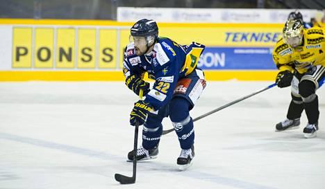 Toni Koivisto johtaa SM-liigan pistepörssiä syksyn maajoukkuetauolla.