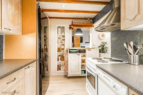 Keittiössä on rustiikkista tunnelmaa.