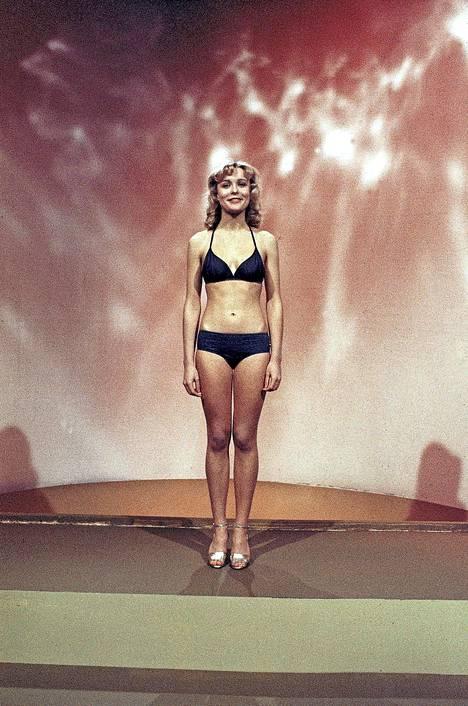 Vuoden 1977 Miss Suomi Armi Aavikko nähtiin tummissa bikineissä.