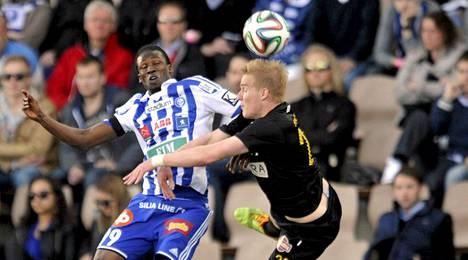 HJK:n Macoumba Kandji taisteli pallosta Hongan Dani Hatakan kanssa.