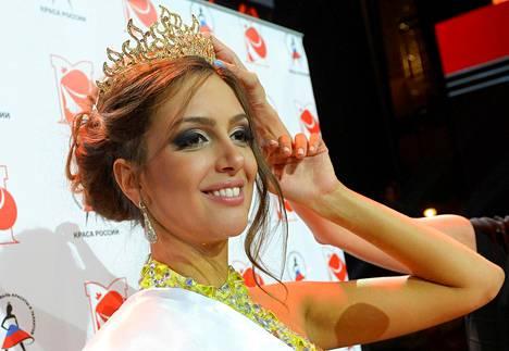 Oksana Voevodina on entinen kauneuskuningatar ja hänet on nähty myös venäläisissä tosi-tv-sarjoissa.
