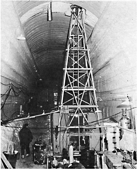 Camp Centuryn porauslaite oli yhdeksän metriä korkea. Koeporaus ylsi 1,3 kilometrin syvyyteen 1960-luvun alussa.