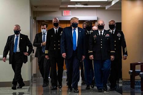Trump ei ole toistaiseksi pitänyt maskia julkisuudessa esiintyessään, vaikka Yhdysvalloissa sen käyttö koronapandemian vastaisessa taistelussa on yleistä.