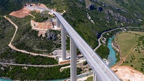 Tietä ympäröivät paikoin kauniit maisemat. Kuva läheltä Matesvoa Montenegron pohjoisosasta.