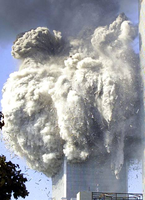 Etelätorni tuhoutui noin tunnin kuluttua törmäyksestä. Pohjoistorni tuli raunioiksi maahan alle kahden tunnin kuluttua.