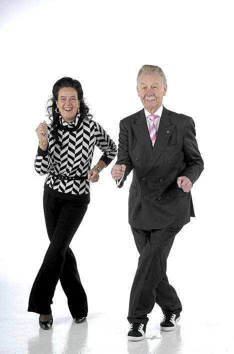 Leena ja Åke Blomqvist näyttävät diskotanssin salat.