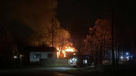 Omakotitalo palaa Kotkan Julmalniemessä.