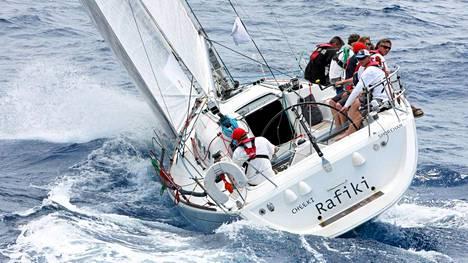 Cheeki Rafiki -alus osallistui Antiguan purjehdusviikolle. Vene kaatui kotimatkalla Atlantin yli, ja sen miehistö on kateissa.