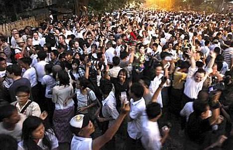Aung San Suu Kyin kannattajat juhlivat.