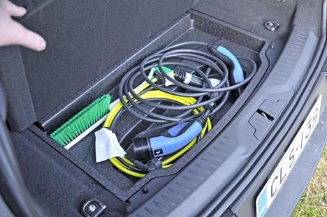 Johdot siististi piilossa. Autoon integroitu 7 kW:n laturi on optimoitu kotilataukseen.