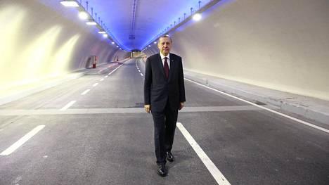 Turkin presidentti Recep Tayyip Erdogan poseerasi viime viikolla juuri valmistuneen, Bosporinsalmen alittavan Eurasian tunnelin autokaistalla.