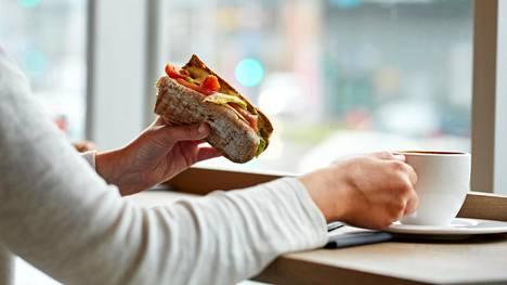 Vähäkuituinen vehnäleipä joutaakin jäädä pois. Sen sijaan täysjyväviljatuotteet ovat olennainen osa terveyttä edistävää ruokavaliota.