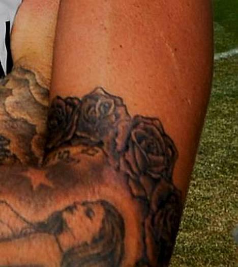 David Beckham aikoo peittää kätensä tatuoinneilla.