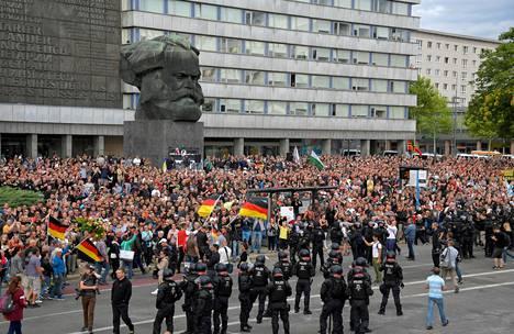 Saksan Chemnitzissä osoitettiin elokuussa 2018 mieltä. Kirvesmies Daniel Hillig puukotettiin kuoliaaksi ja surmasta epäiltynä pidätettiin kaksi turvapaikanhakijaa. Alueella vahva oikeistopopulistipuolue AfD käytti hyväkseen tapausta, joka johti lopulta useisiin äärioikeiston väkivallantekoihin.