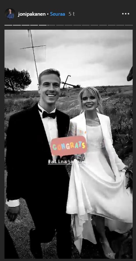 Joni Pakasen Instagram-julkaisussa hääpari hehkuu onnea.
