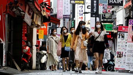 Ihmisiä ostoskadulla Soulissa 28. toukokuuta 2020.