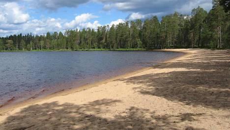 Tiilikanselkä-nimisen järven rantaparatiisi on kohde, joka on retkeilijöille tuttu, mutta suuri yleisö ei siitä tiedä. Se sijaitsee Rautavaaralla, Pohjois-Savossa.