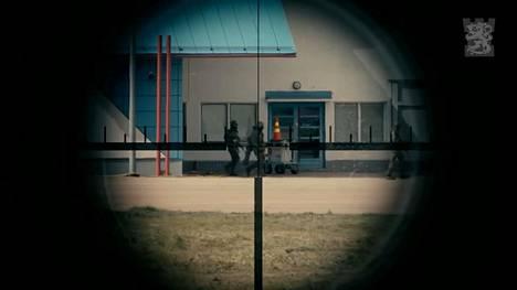Taistelukenttä 2020 -videon tilanteessa tunnistamattomat sotilaat valtaavat suomalaisen lentokentän. Kuvakaappaus videolta.