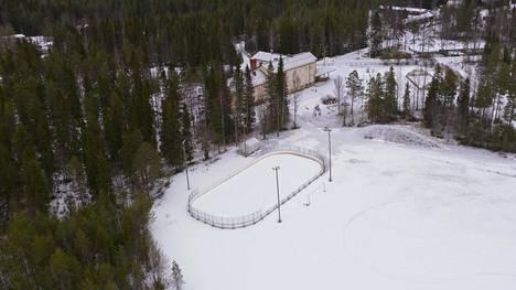 Raahessa suunnitellaan liikuntapaikkojen lakkautuksia ja käyttömaksujen korotuksia. Yksi lakkautuskohde on Lampinsaaren kaukalo, joka lakkautettaisiin koulun lopetuksen yhteydessä.
