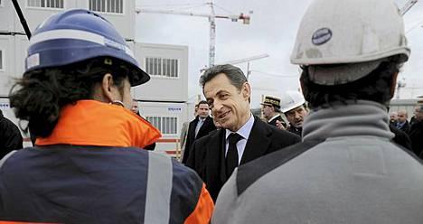 Presidentti Nicolas Sarkozy tapasi rakennusmiehiä uuden varuskunnan rakennustöissä Issy-Les-Moulineauxssa.