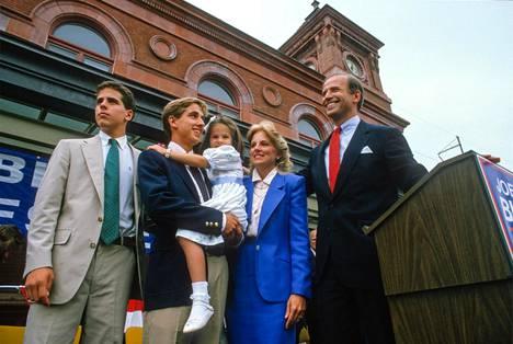 Bidenit. Vasemmalta alkaen Joe Bidenin pojat hänen ensimmäisestä liitostaan Hunter Biden, Beau Biden (1969-2015), Beau Bidenin sylissä Joe ja Jill Bidenin tytär Ashley, Jill Biden ja Joe Biden.