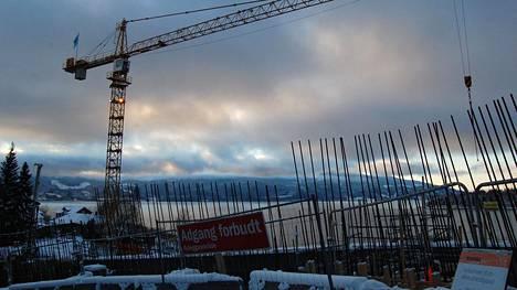 Norjan valtio aikoo rakentaa uhreille 77 pronssipylvästä käsittävän muistomerkin paikalle, jolta lautta Utöyalle lähtee.