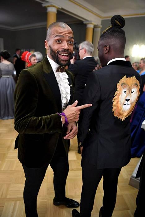 Vaasan nuorisovaltuuston puheenjohtajan Antonio Tecan puvun selkää koristi komea leijona. Kuvassa myös kansanedustaja Jani Toivola.