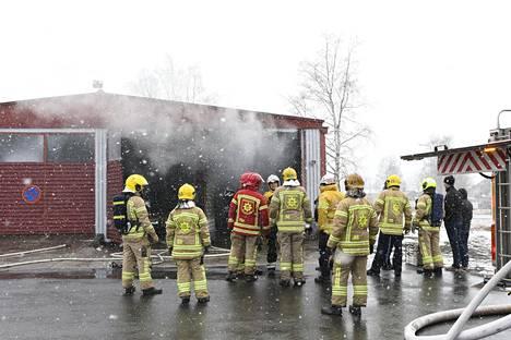 Oulun pelastuslaitoksen palomiehet saapuivat palopaikalle runsain joukoin. Nopea reagointi esti suuremmat palovahingot.