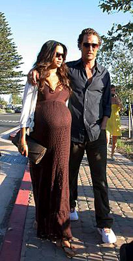 Camila Alves ja Matthew McConaughey saivat maanantaina ensimmäisen lapsensa.