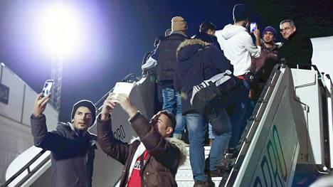 Irakiin palautettavia turvapaikanhakijoita nousemassa palautuslennolle Helsinki-Vantaan lentokentällä viime helmikuussa.