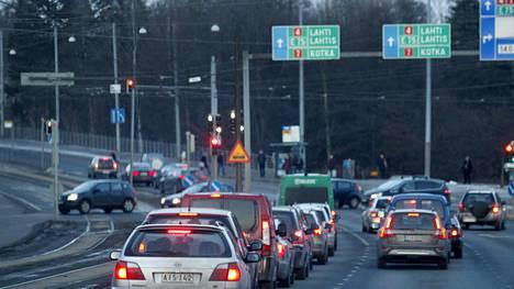 Myös liikenneministeri Anne Bernerin (kesk) vetämä parlamentaarinen työryhmä selvittää parhaillaan sitä, miten ja millä keinoilla Suomessa päästään liikenteen osalta vuoden 2030 ilmastotavoitteisiin.