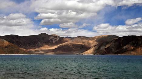 Kuvassa Ladakhissa sijaitseva Pangong-järvi, joka sijaitsee osittain Intian ja osittain Kiinan miehittämän Tiibetin puolella. 4350 metrin korkeudessa sijaitseva järvi on yksi rajan strategisesti herkimmistä kohdista.
