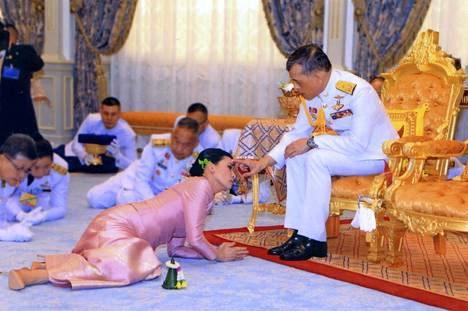 Thaimaan kuningas Maha Vajiralongkorn järjesti yllätyshäät ennen kruunajaisiaan. Morsian Suthida Tidjai noudatti perinteistä hääseremoniaa Bangkokissa.