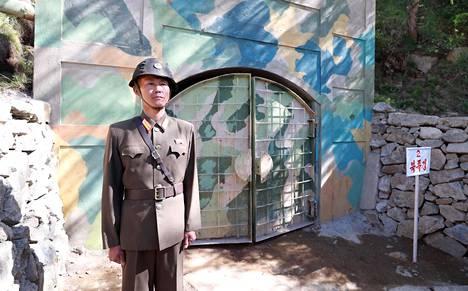 Sotilas seisoi vartiossa tunnelin suuaukolla ennen sen räjäyttämistä.