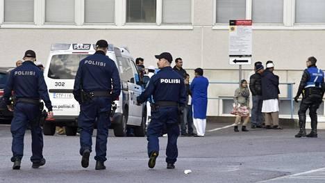 Poliisi pyrkii selvittämään mistä tappelu oli syttynyt. Kuvissa esiintyvät henkilöt eivät välttämättä ole olleet osallisina tappelussa, vaan olivat paikalla kun poliisi oli tekemässä lähtöä paikalta.