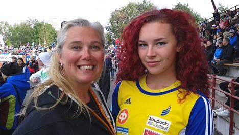 Ringa Ropo (vas.) tyttärensä Ella Junnilan kanssa.