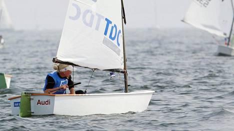 Mitä ylivoimaa! Suomalaispurjehtija voitti nuorten maailmanmestaruuden